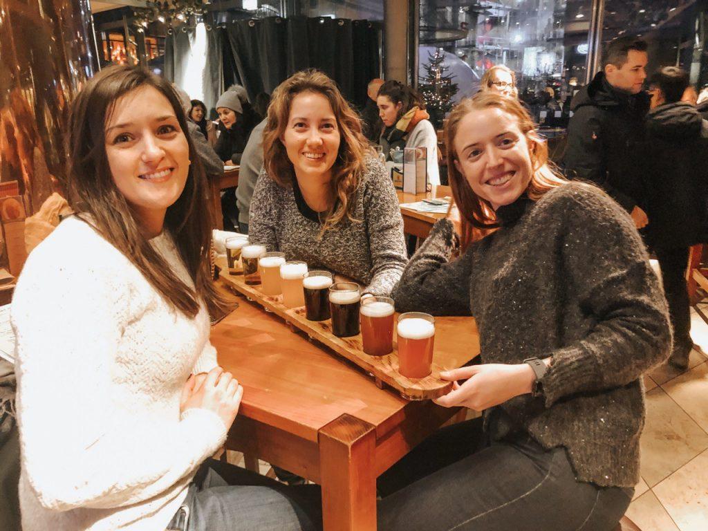 tre ragazze in birreria
