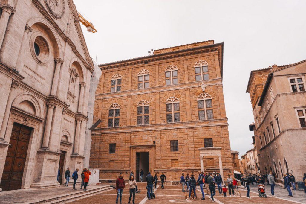 chiesa e palazzo in centro a pienza