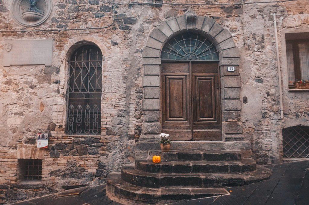 zucca di halloween nel borgo di radicofani