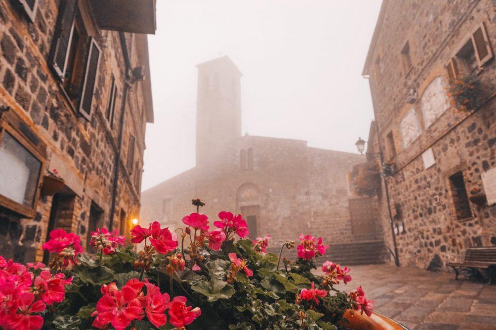 borgo toscano con nebbia