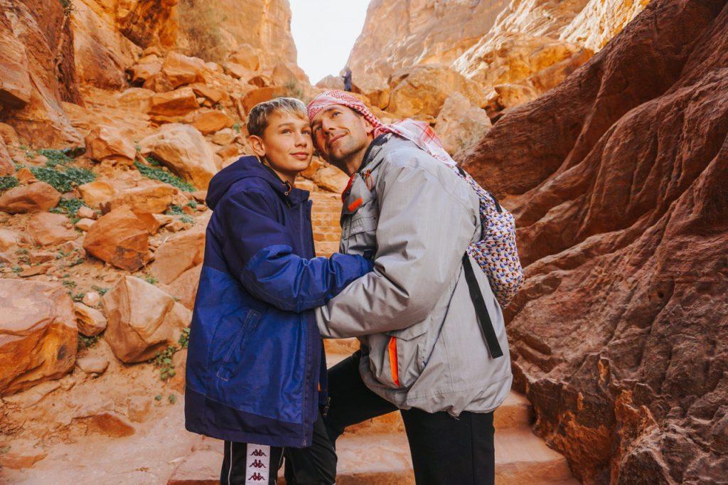 padre e figlio in un canyon a petra