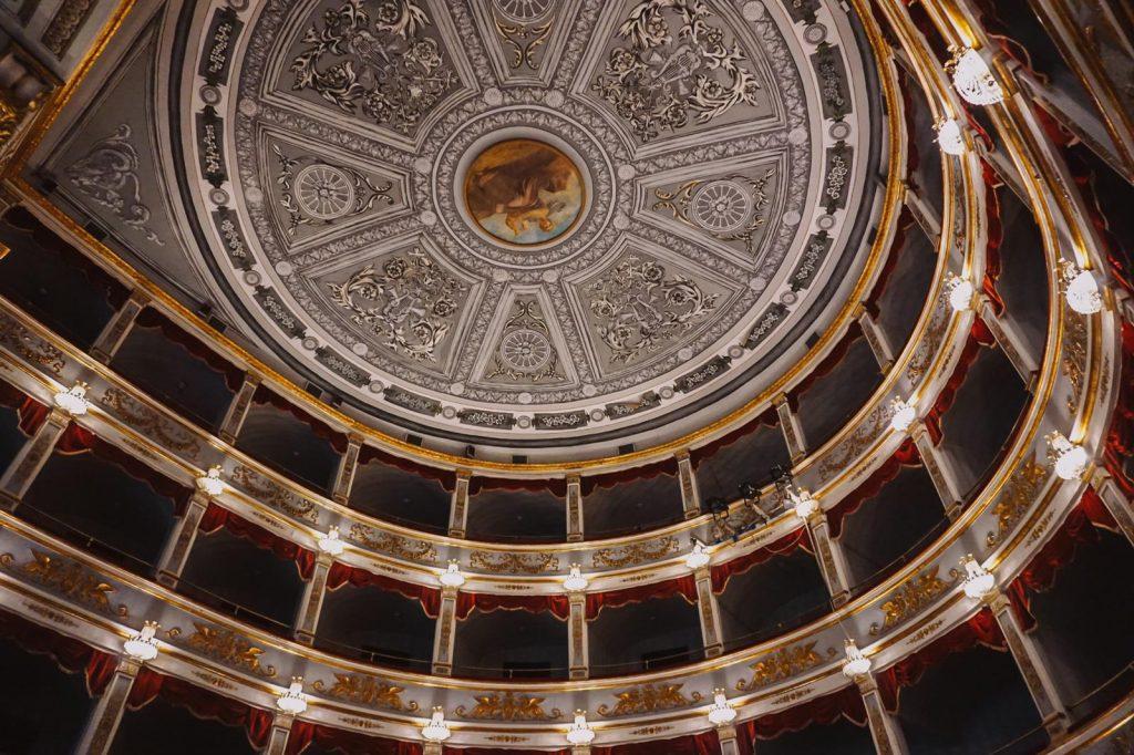 interno riccamente decorato del teatro tina di lorenzo a noto