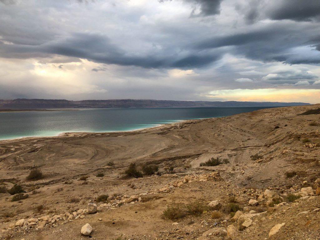 mar morto lato giordano e cristalli di sale
