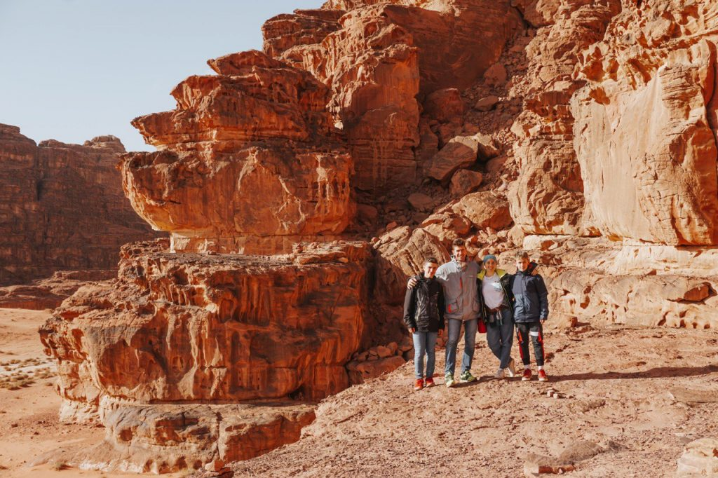 ritratto di famiglia con rocce sullo sfondo