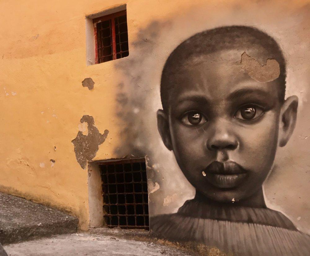 volto di bimbo africano con grandi occhi espressivi