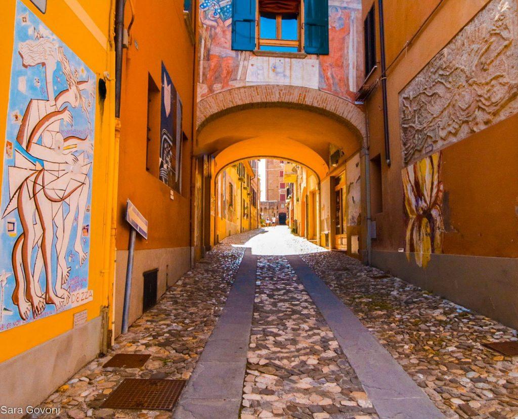 esempi di street art lungo le strade del borgo di dozza