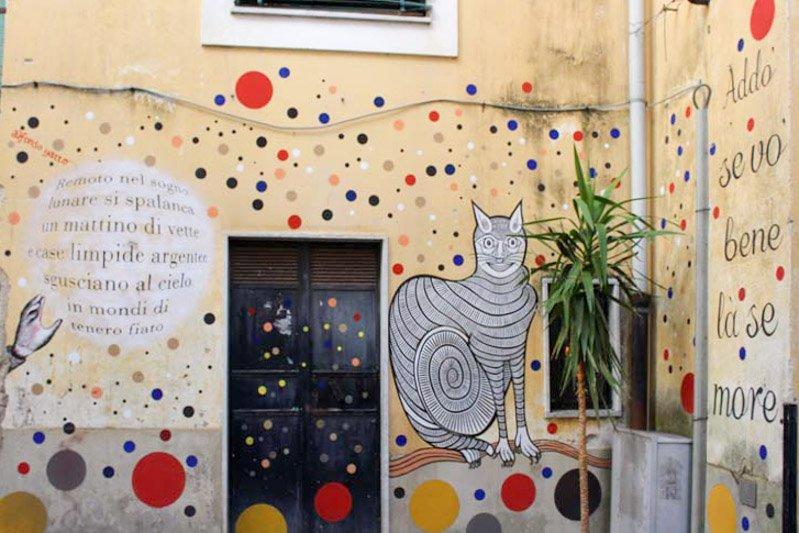 casa dipinta con murales colorati a salerno