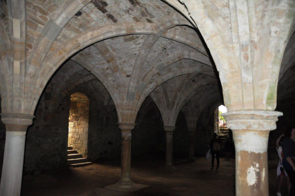interno della cripta dell'abbazia di hastings