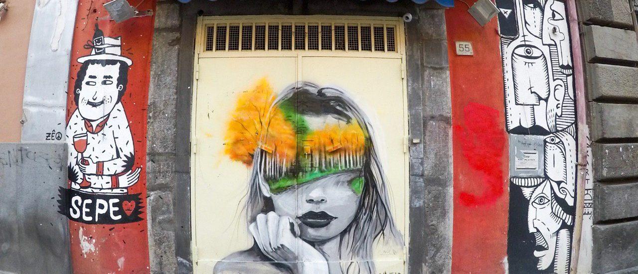 murales con donna in bianco e nero, bendata