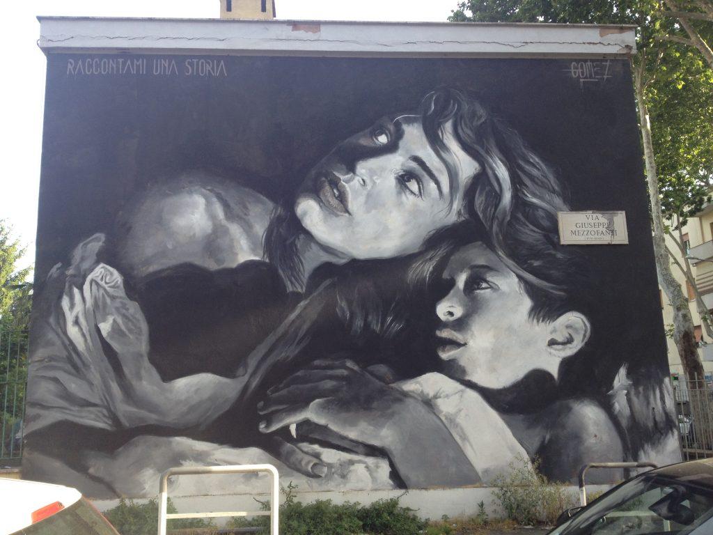 abbraccio tra madre e figlia in bianco e nero