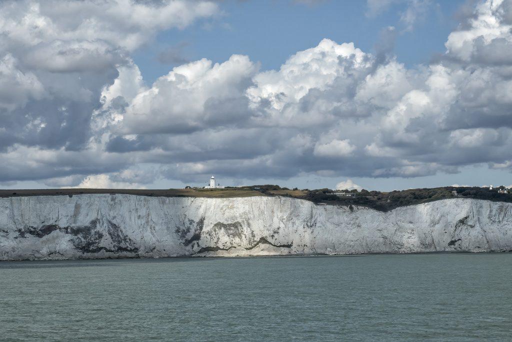 vista sulle bianche scogliere di dover dal mare