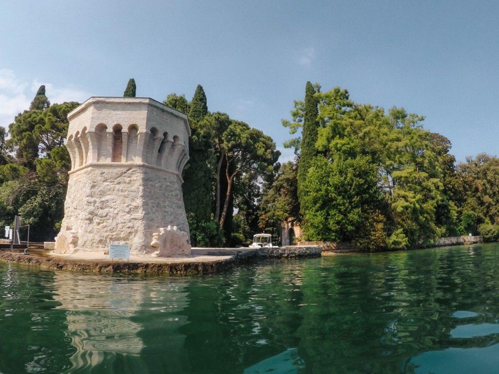 torre e giardino di isola del garda