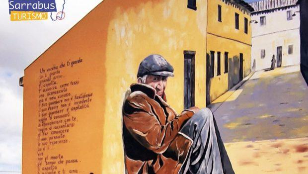 murales di un vecchio seduto e accogliente