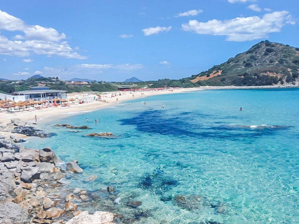 spiaggia riparata dal maestrale vicino costa rei