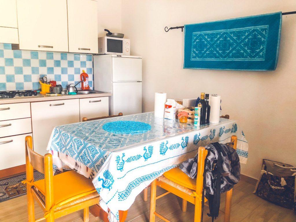 cucina attrezzata in casa vacanze a costa rei