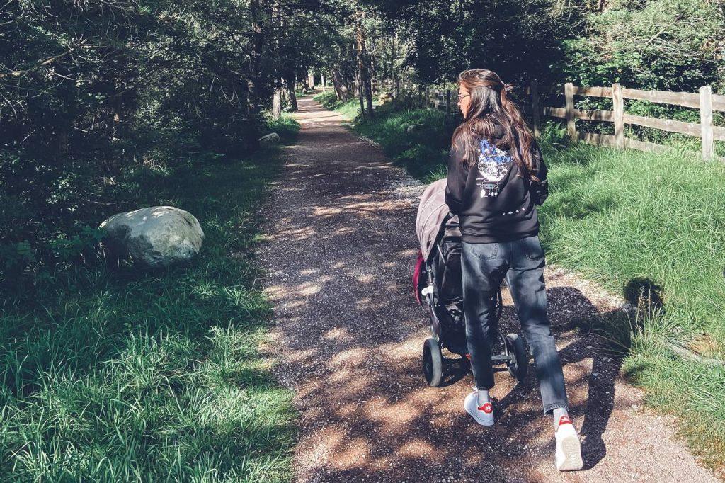 a passeggio nel bosco con il passeggino