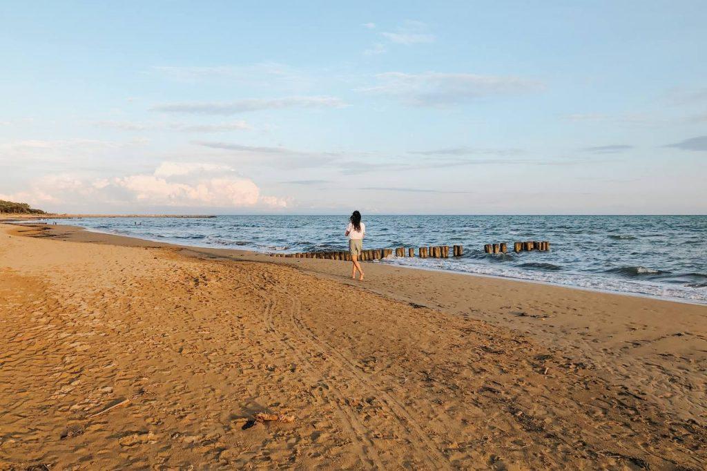 ragazza cammina in riva al mare