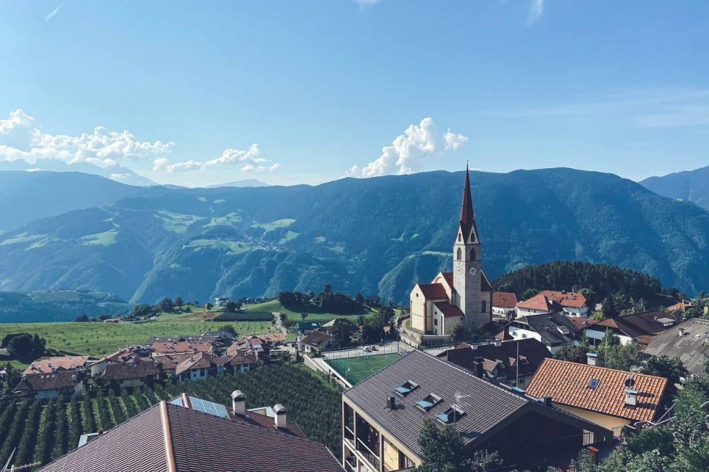 chiesa di montagna e panorama
